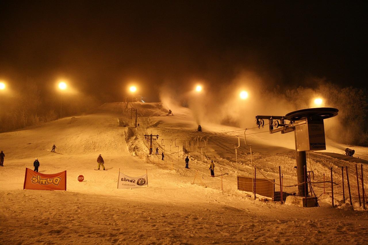 Skiareály ruší dnešní večerní lyžování