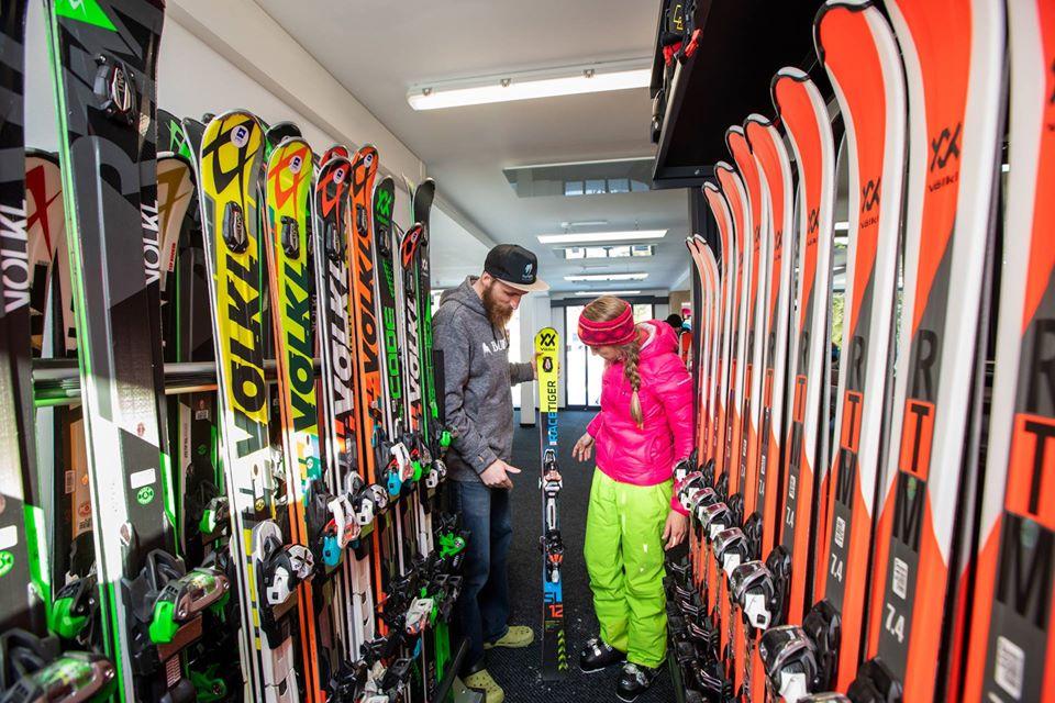 Výprodej lyží a lyžařských bot ve Špindl Motion ve Špindlerově Mlýně