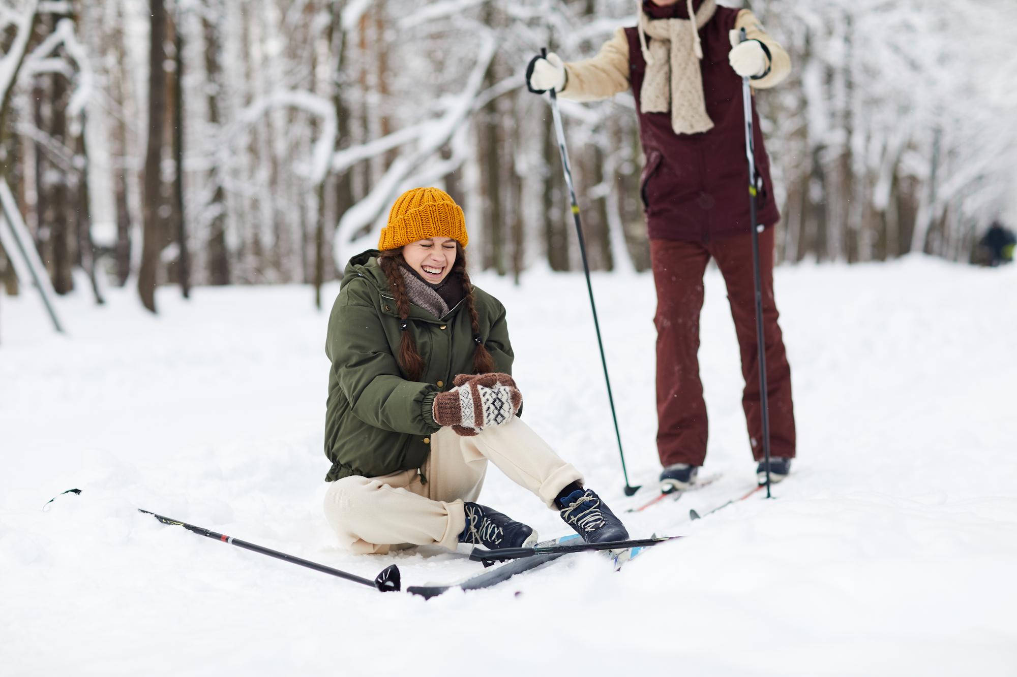 Při poranění kolene při lyžování se rehabilitaci nevyhnete